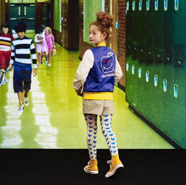不過有趣的是Undercover今年也在與Uniqlo合作的童裝上,做了相當潮流的後背圖案設計!妹妹穿這個去上學,肯定成為全校第一潮流人物呀~~