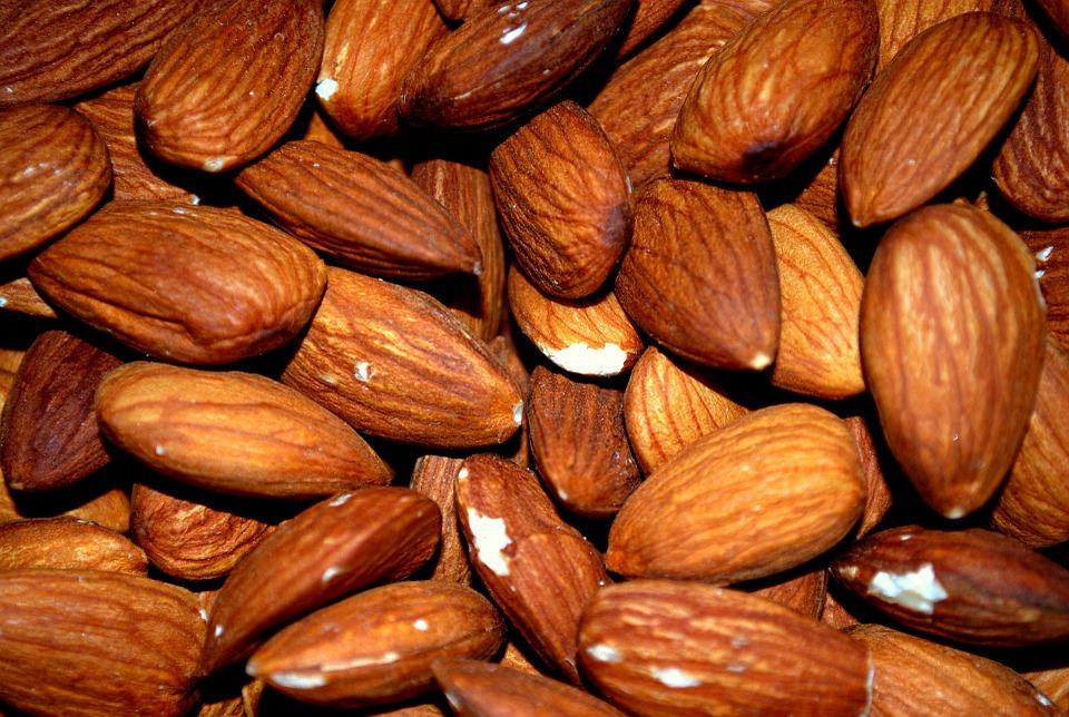 5.杏仁 多吃杏仁可以美白,很多女生都會把杏仁當做美白零食來吃。杏仁的確有抗氧化的作用,但這種抗氧化力通常在消化吸收過程中就被內臟和血液分享殆盡了,肌膚很難得到相應的補給。