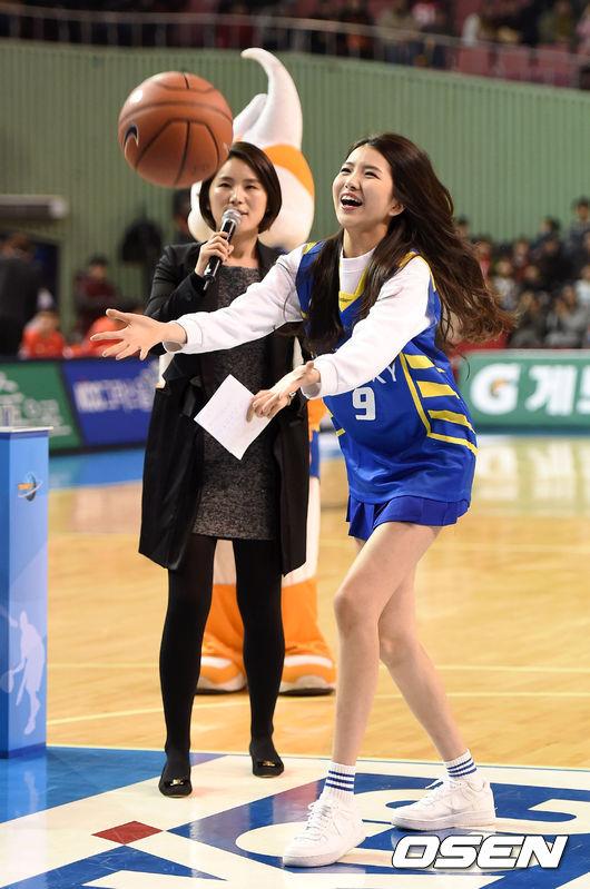 Sowon 小編覺得Sowon的腳也真的很不科學,長得高又超級瘦,風一吹就倒了
