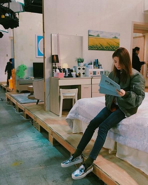 最近韓國網友在討論某位女演員驚人的「童顏」美貌,也意外發現她和童星金裕貞有一種相似的神韻,之前Piki有小編整理過「金裕貞多胞胎」,看來金裕貞家族會越來越龐大XD