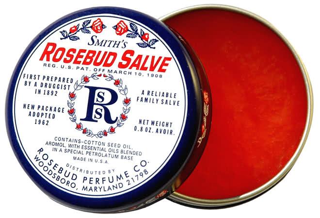 ◆ SMITH'S ROSEBUD SALVE 玫瑰花蕾護唇膏 因為含有天然玫瑰花的成分,香味好聞,是很多女生的愛用款 但因為質地比較油,不推薦在口紅前擦