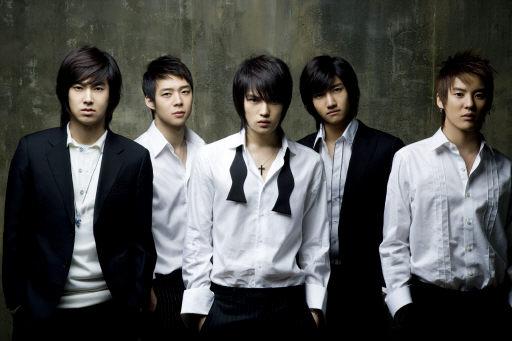 2007 東方神起 在2008年推出最後一張5個人合出的專輯《MIROTIC》之前,2007年東方神起還完成了日本武道館連續兩天的演唱會,現在東方神起在日本的高知名度也是靠這一年有突破性的成長