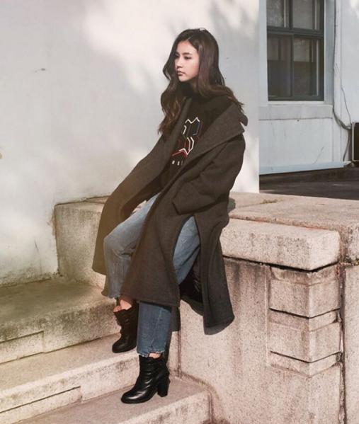 Oversize的大衣+丹寧寬褲是這一季的時尚關鍵!連Vivian都這樣穿了,你能不跟著穿嗎?