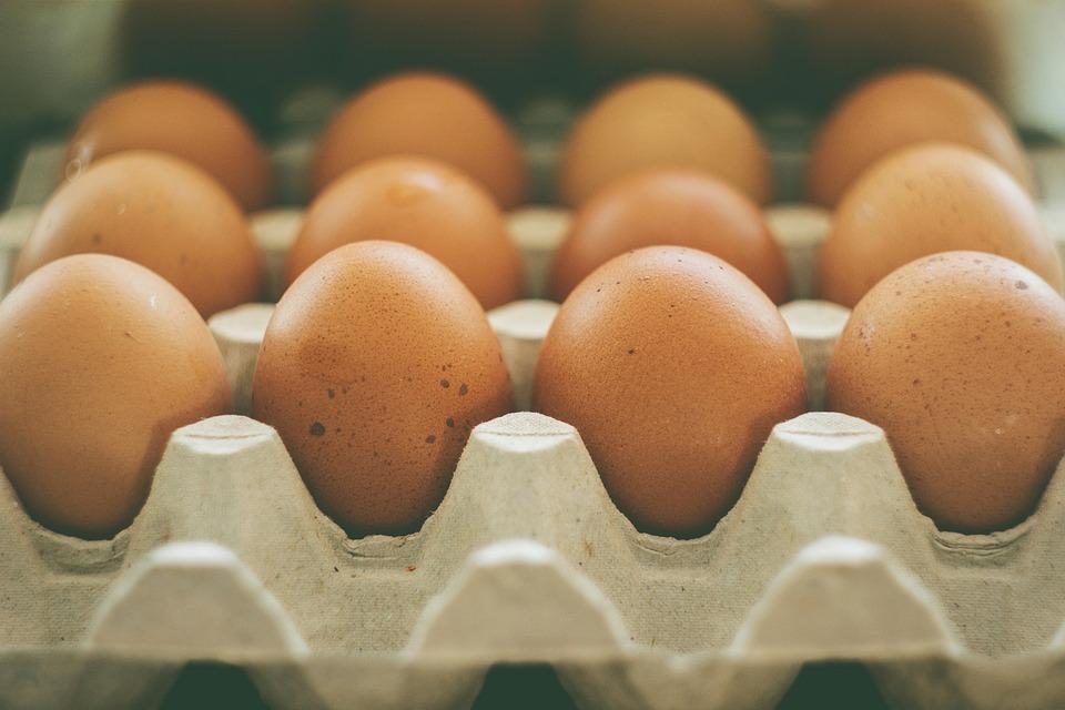 #4 增加蛋白質攝取量 女性每天需要40克左右的蛋白質,男性是56克左右。如果想要保持不復胖,那麼身體就需要更多時間與能量去消化蛋白質,這樣就不會那麼容易餓。但不能攝取過多喔,過多的高蛋白反而會變成脂肪囤積起來。