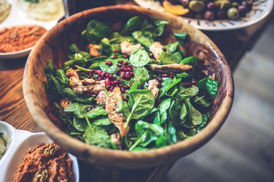 #5 菠菜是好東西 菠菜以及其他深綠色蔬菜都含有豐富的鎂,身體中有超過300個功能需要鎂,因此多攝取一些鎂可以幫助將低血糖與胰島素,這麼一來減肥就會更順利喔!