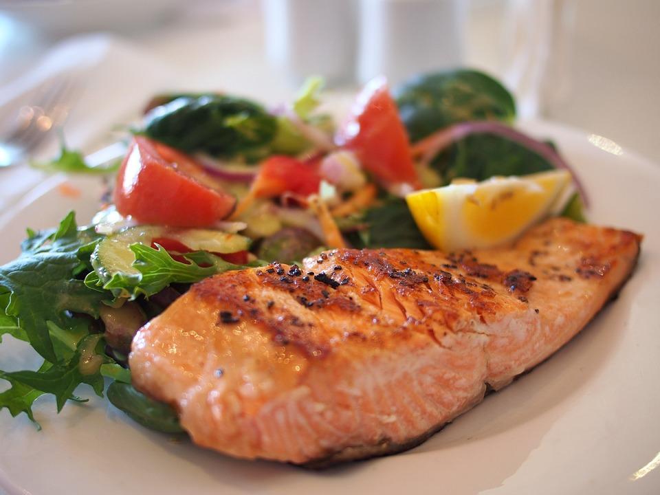 #6 少吃點肉,多吃魚吧! 鮭魚、鮪魚等深海魚類富含omega-3,而其他娛樂也有幫助燃燒身體脂肪的功能,除此之外,還有平衡血糖與抗發炎的功能!