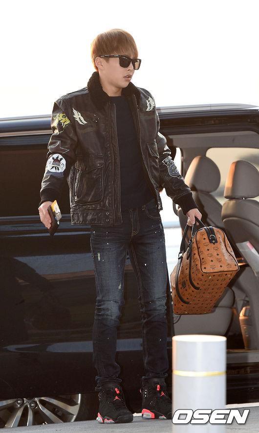 《EXO XIUMIN》 買不下手皮外套也可以選飛行夾克,上面佈滿徽章拼貼就很帥氣!合身的牛仔褲搭配球鞋就是既休閒又時髦的風格♬