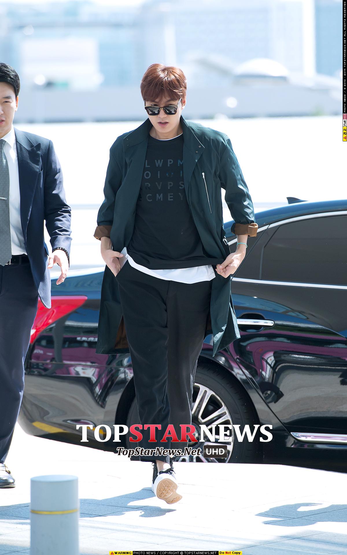 《李敏鎬》 隨性的T-Shirt與休閒褲造型,外罩長版風衣外套,有點率性又不會太隨便,不過這比較適合高個一點的男友喔。