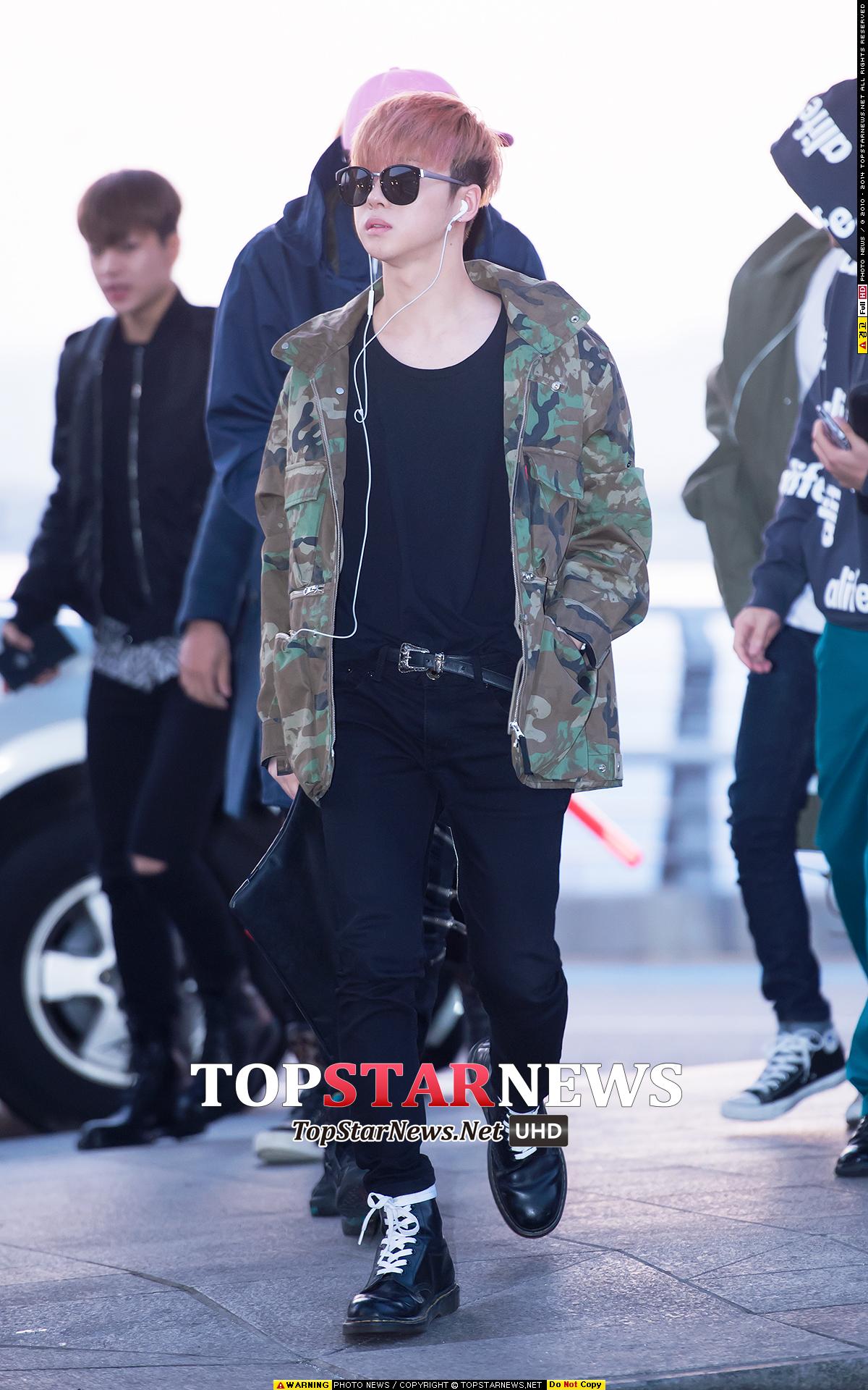 《iKON 金振煥》 如果男友酷愛迷彩,選擇寬鬆的夾克搭配黑色T&窄管褲,最後再利用軍靴完成帥氣的時髦感。