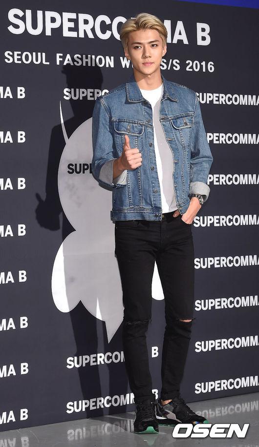 《EXO 世勳》 牛仔外套真的很實搭耶★素素的棉T與破破的牛仔褲百搭不膩耶!最後再選個有精品感的配件或鞋款,很難不叫你時尚達人呢!