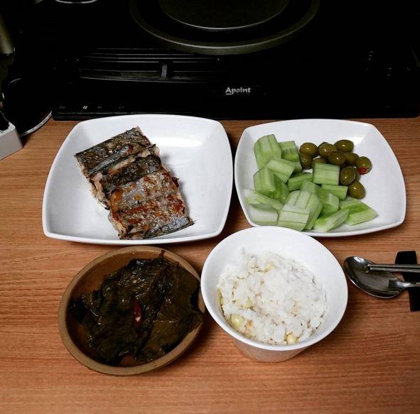 帶魚配上一點點咸菜,切成小塊的黃瓜搭配幾粒橄欖,這頓飯看起來就很特別,,,雖然只用了幾種簡單的食材!