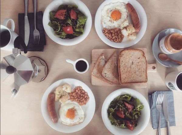 精心準備豐盛的美食,和朋友們一起分享,獨居卻不獨食! 幾片麵包+添加了幾塊西紅柿的綠色蔬菜沙拉+煎蛋+美味醬料,一頓煎蛋的早中餐(早餐+中餐)...好像做她的朋友欸~