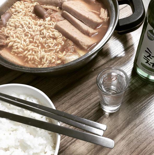 用拉麵做的部隊火鍋+燒酒 男生的餐桌,一個人的灑脫O(∩_∩)O!