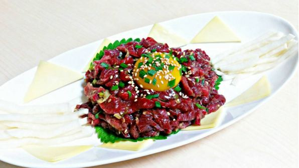 用新鮮牛肉做成的生拌牛肉...這樣的料理必須是最基本的,