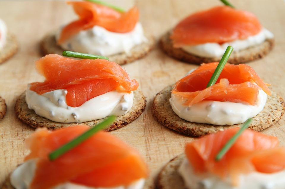 為什麼大家都會說要吃鮭魚?因為鮭魚Omega3不飽和脂肪酸,有絕佳的保濕效果。而且吃鮭魚有助穩定荷爾蒙、平和情緒,減少壓力痘或是生理期痘產生的機率。