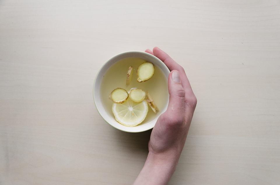 因為賀爾蒙引起的痘痘,比方說青春痘或是生理期痘,可以多多吃含有鋅的食物,比方說薑、胡桃等。