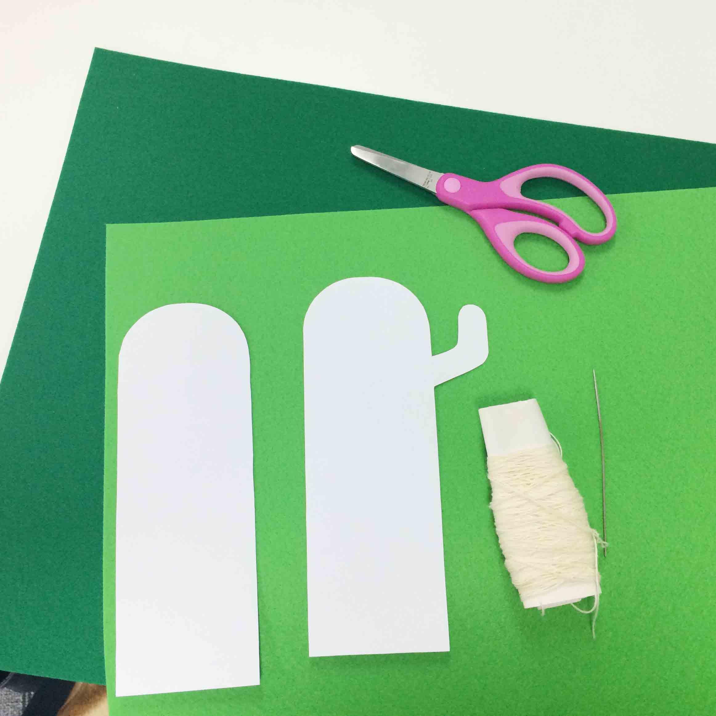 準備物:綠色毛氈布(1張)、圖案、剪刀、針線、外加一個空杯