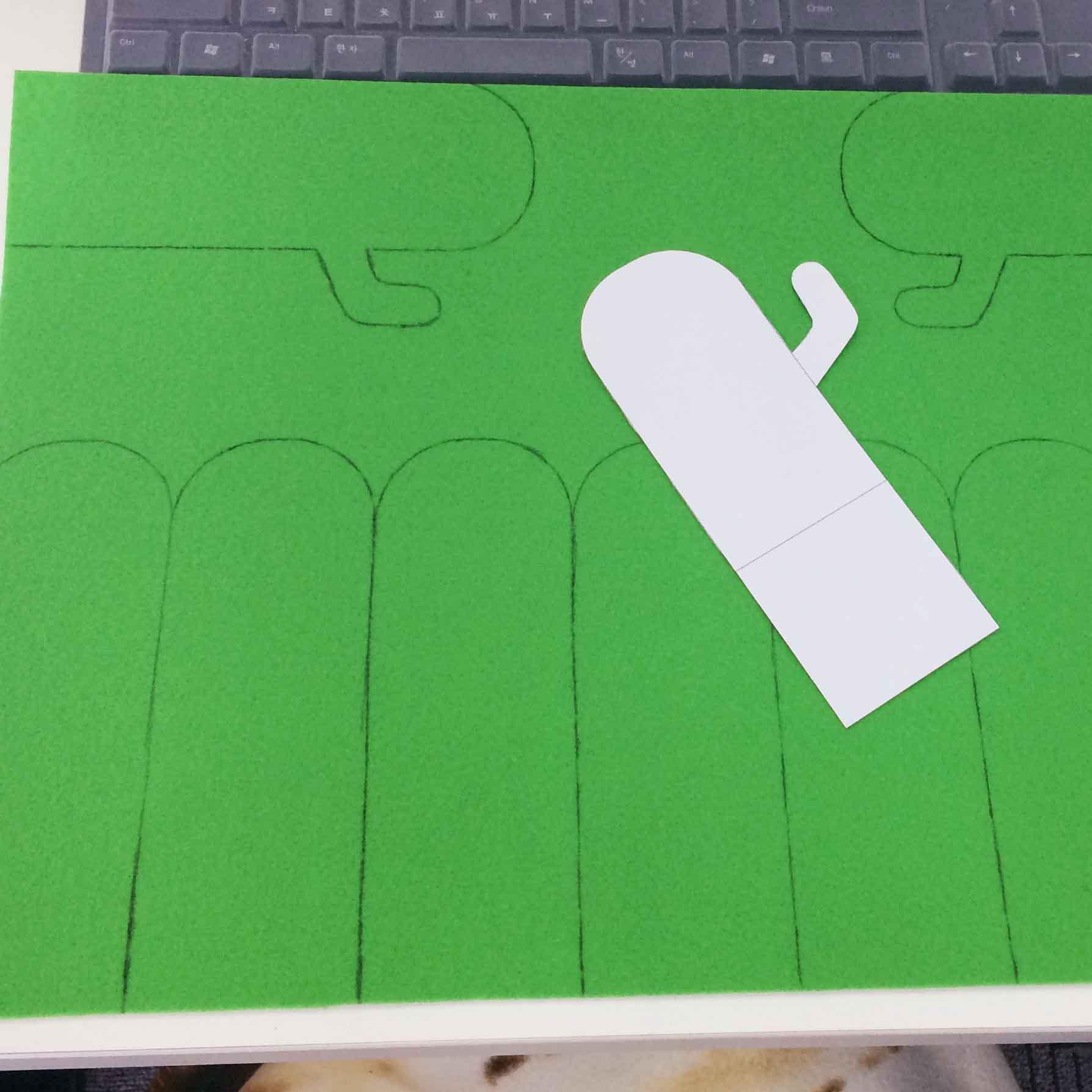 1. 在毛氈布上按照圖案的模樣畫出仙人掌! 仙人掌的身體6個、左右手各1隻...一共需要畫8個