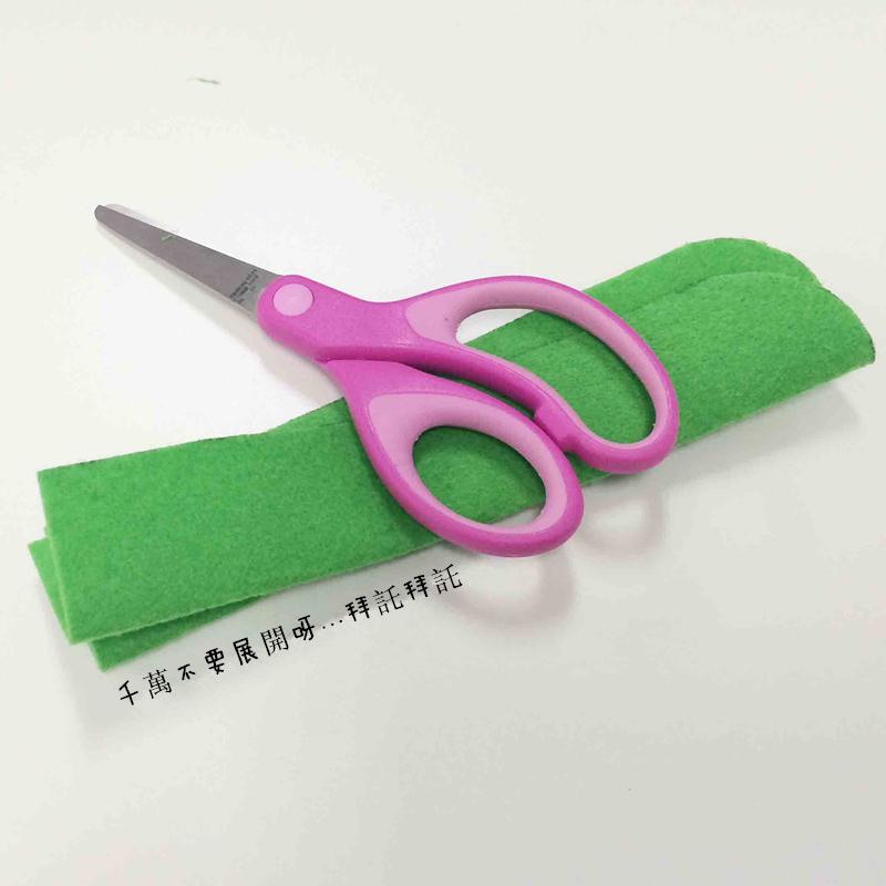 為防止折疊好的毛氈布再次展開,用一個種種的東西壓一壓吧! (看出來了吧...小編用的是剪刀XD)