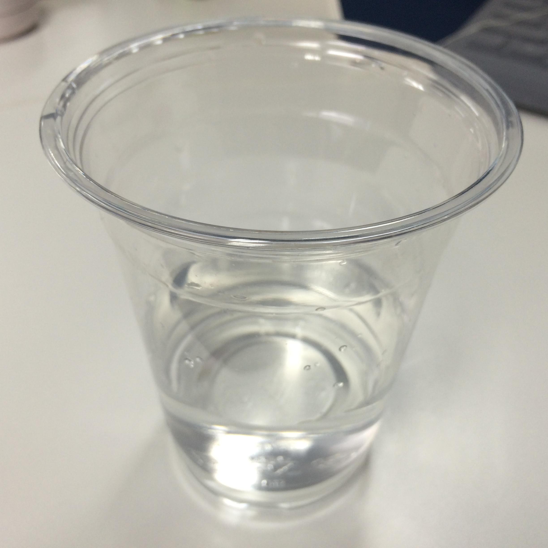8. 在空杯中倒入水