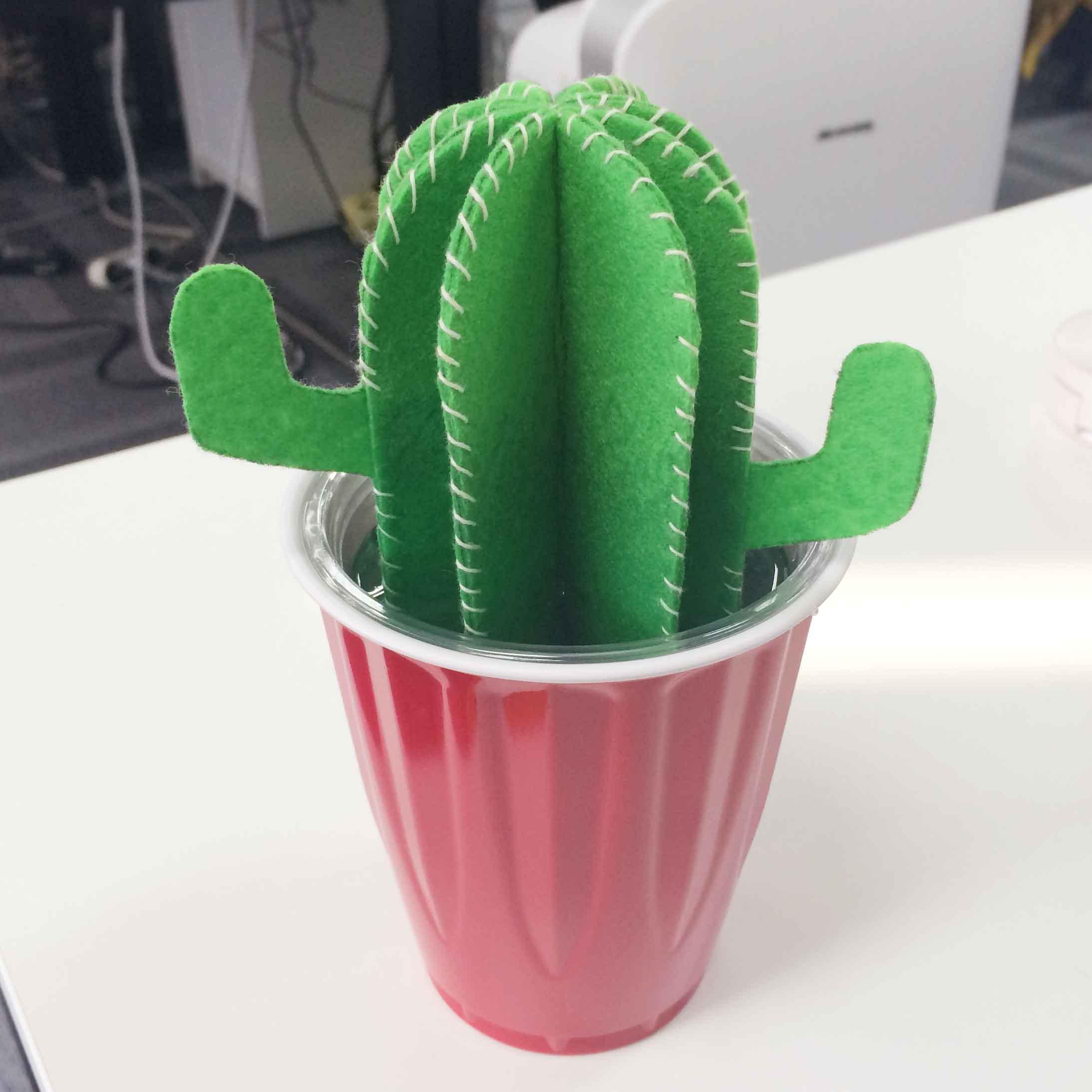 比起用透明的杯子,用帶顏色的杯子的話,會更漂亮的..花盆的即視感!
