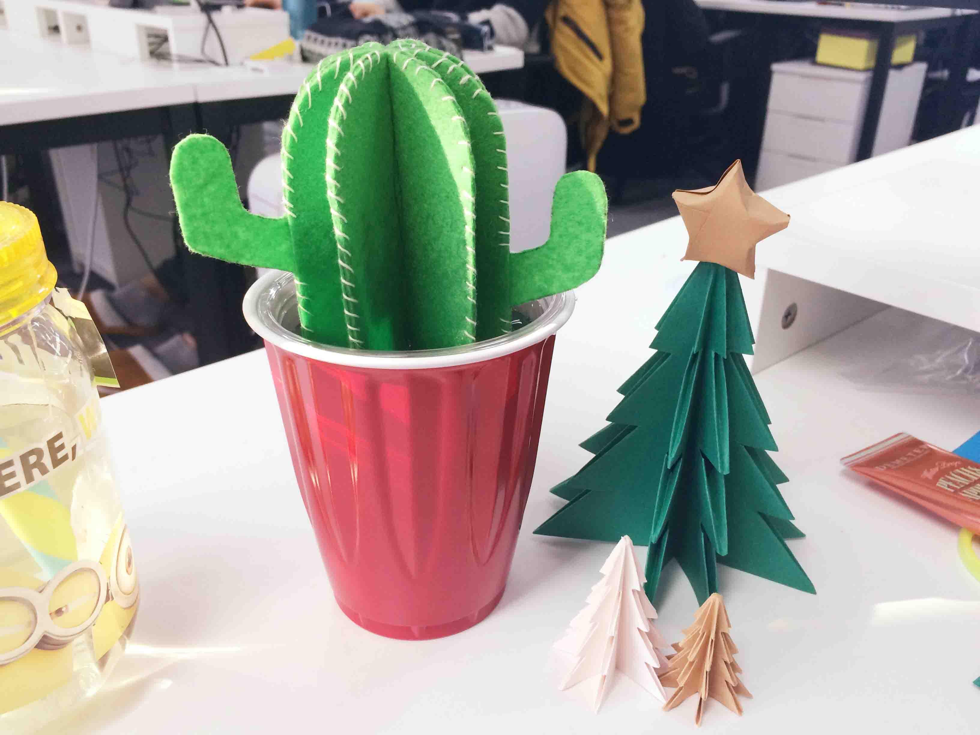 放在辦公桌的一角....可以保證自己周圍都濕濕潤潤的呢..♥ (看到了嗎?倫家是之前的聖誕樹喲)