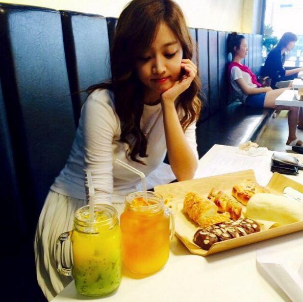 獼猴桃芒果汁+橙子芒果汁+4個麵包 你們猜我的「女友」吃得完嗎??XDDD