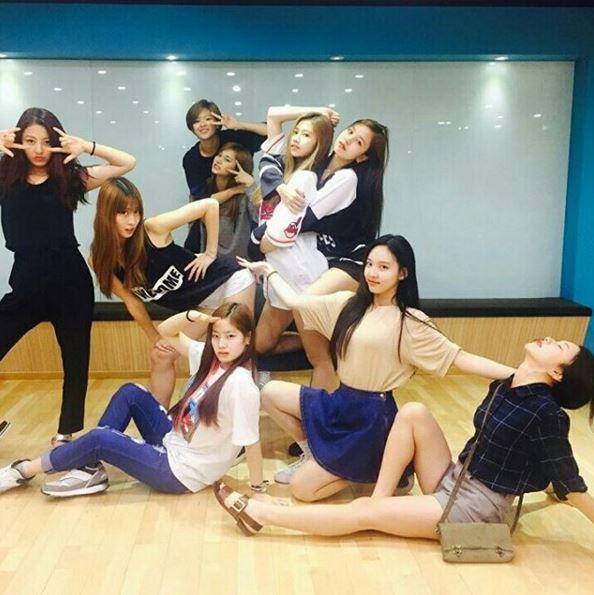 不僅音源在挑戰開創 JYP家今年新人的紀錄 連傳說中的「比格偶像」(活力充沛、喜歡打鬧開玩笑的偶像)排行榜 她們也很快的擠進了榜中