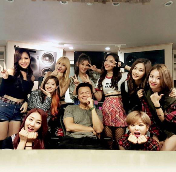 在老闆 JYP 旁邊散發可愛魅力以為走文靜風格的9個女生呢?! (其實比格偶像才是妳們的真面目對吧…)