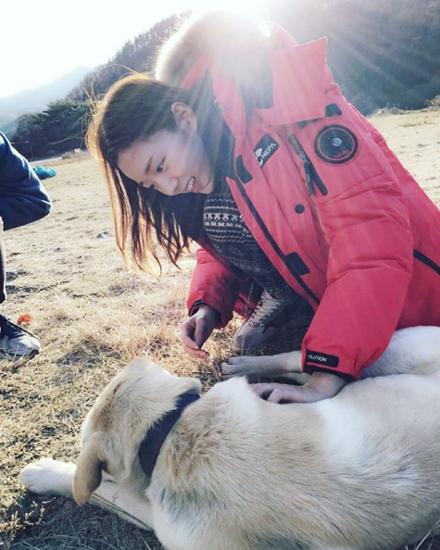 特別喜歡小動物的她,就連在路上遇到別人家的寵物狗都要上前去愛撫下。(開始嫉妒她看狗狗的眼神)