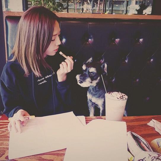 考試前一周我們一起在咖啡廳學習,調皮的她總是沒辦法專心學習 然後成績一出來又跑來怪我,沒有好好督促她專心學習