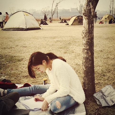 天氣特別好的時候,我們還會一起去江邊的公園野餐 還會一起躺在草坪上和她一起想象我們變老後的樣子