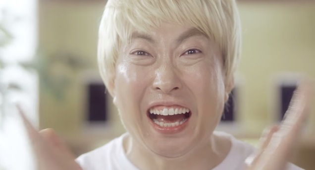 同一家電信業者在邀請完G-Dragon當完代言人後的下一件 就邀到了G-Park  朴明秀大叔來拍攝了一支場景相似 但效果完全不同的廣告