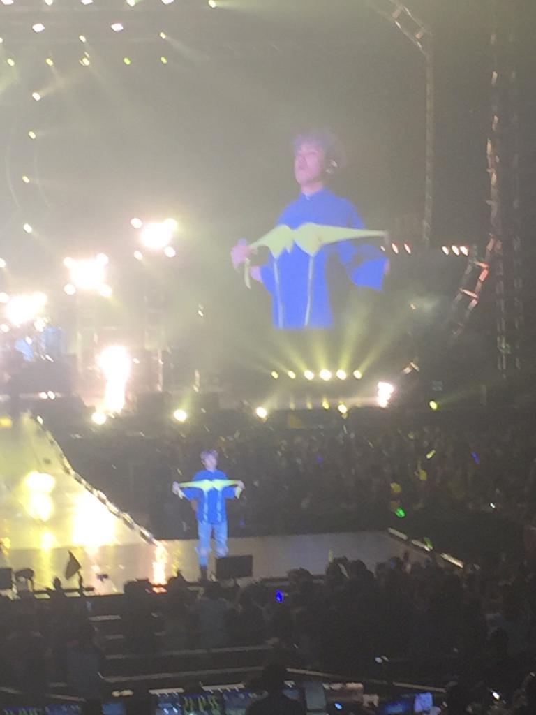 如果無法接受剛才的毛皮大衣時尚,大家覺得洪基在這場演唱會的Bra時尚如何呢?(笑) *內衣是粉絲丟上去的