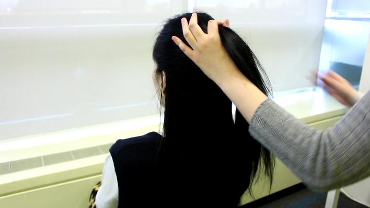2.依照個人的頭型將頭髮抓起一半,調整到適當的高度