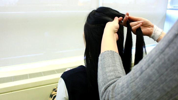 像是這樣子將上層的頭髮分為左、中、右三束