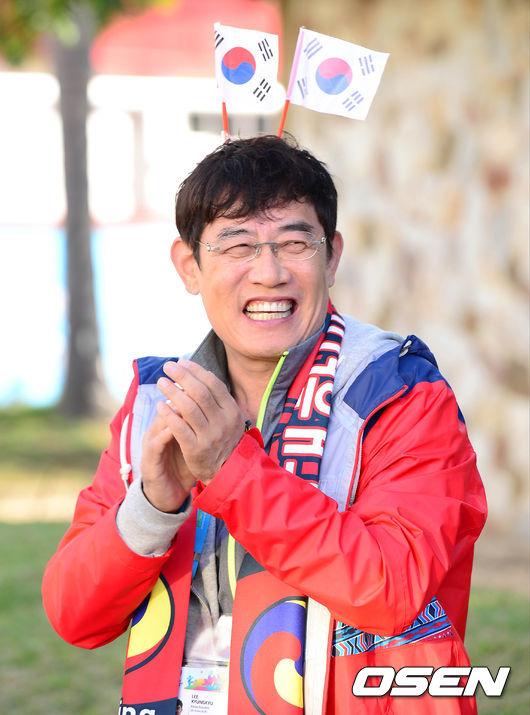 今年和女兒李藝琳一起出演SBS親子真人秀《拜託爸爸》...在《回頭看看我吧》《警察廳的人們2015》中也有重要角色!