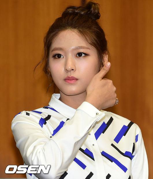 在綁出時下韓國最流行的馬尾髮型前 想先和大家分享讓大髮有光澤和彈性的管理秘訣! 缺乏潤澤的髮型即使像是雪炫這樣綁了可愛的丸子頭