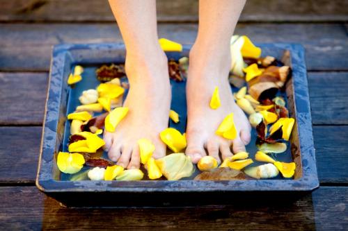 冬季泡腳加生薑 溫水中加入幾片生薑,除了能驅寒、除濕,生薑還有很好的殺菌效果,長期堅持還能去腳臭。