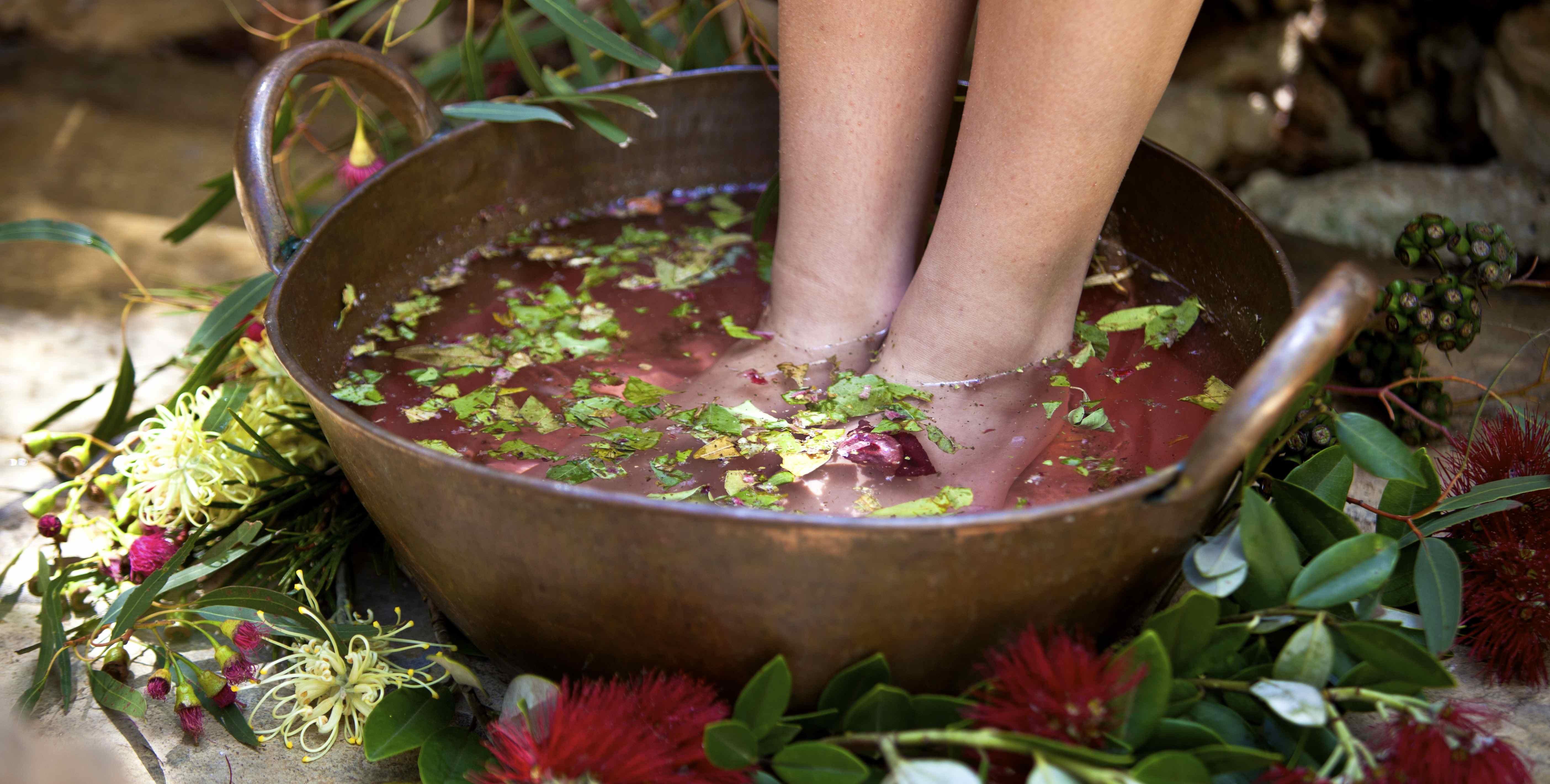 冬季泡腳加桂皮 每天晚上泡腳時,加入適量的花椒、桂皮,可以促進血液循環,消除水腫。