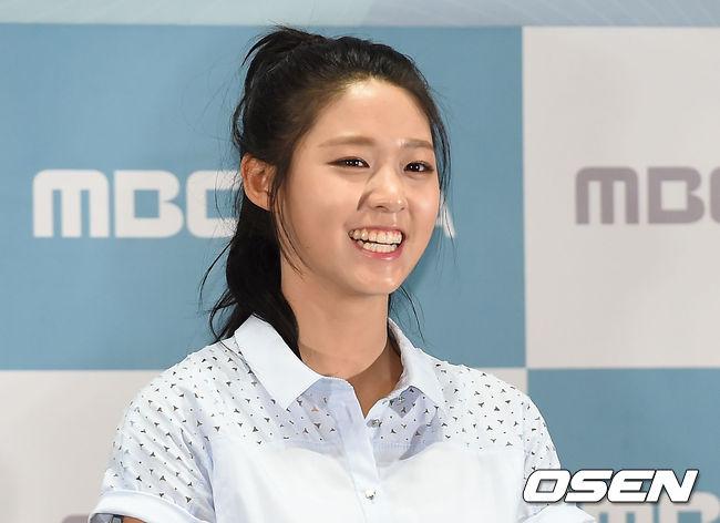 也能嘗試像雪炫這樣 露出額頭的造型 都是非常吸睛、今年秋冬韓國最流行的綁髮