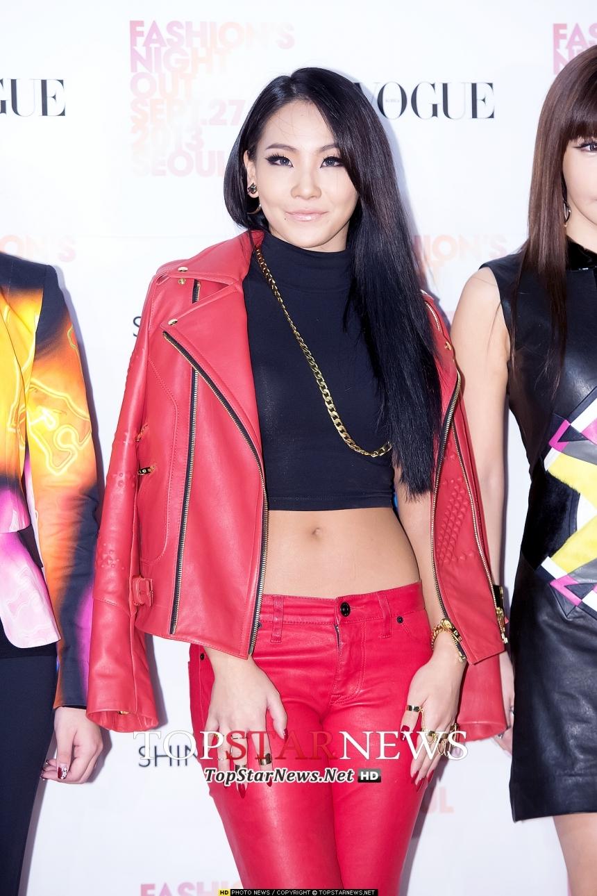 CL:大紅大黑的豔麗配色,都能穿出氣勢的CL!要是一般人這樣穿,肯定一句:Who are you?擅長性感又霸氣穿衣風格,讓人不禁叫她一聲:Queen