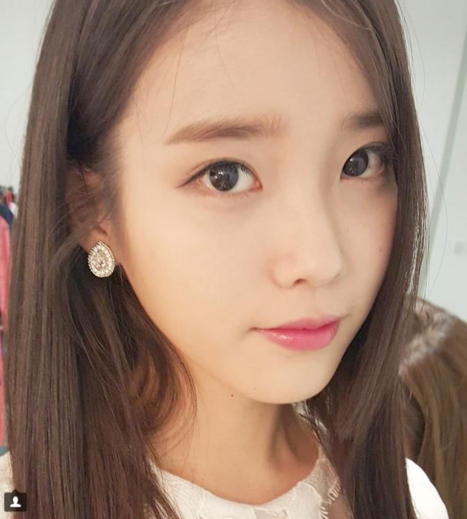 外型可愛甜美的IU,在韓國演藝圈內有許多好姊妹,對姊妹們也有過許多可愛搞笑的發言和事蹟XD