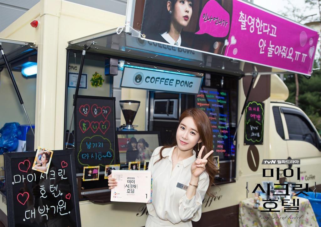 之前劉寅娜在拍攝《我的秘密飯店》時,IU為了應援劉寅娜在拍攝現場送上了餐車