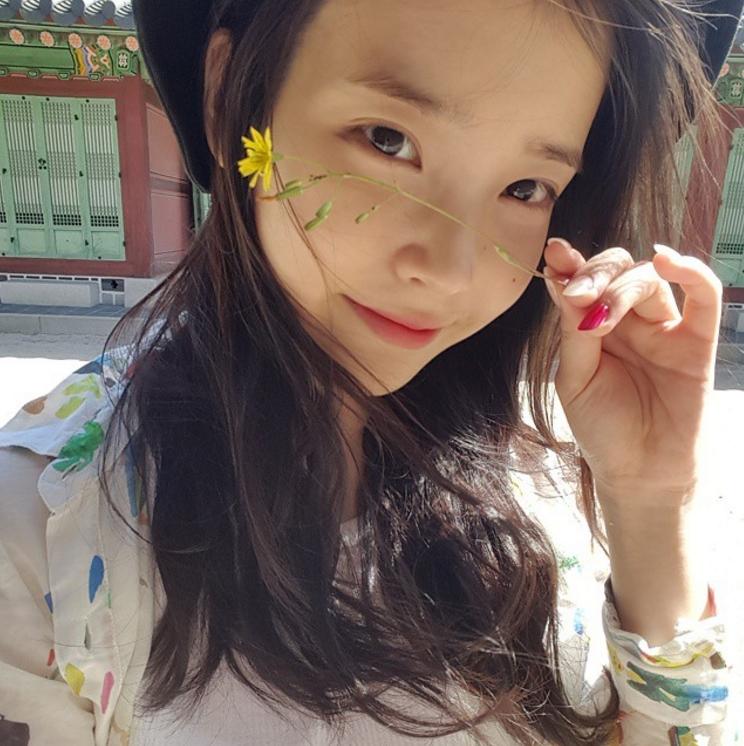 之前IU去劉寅娜主持的電台節目時,也被韓國網友們指出兩人越來越像雙胞胎姊妹
