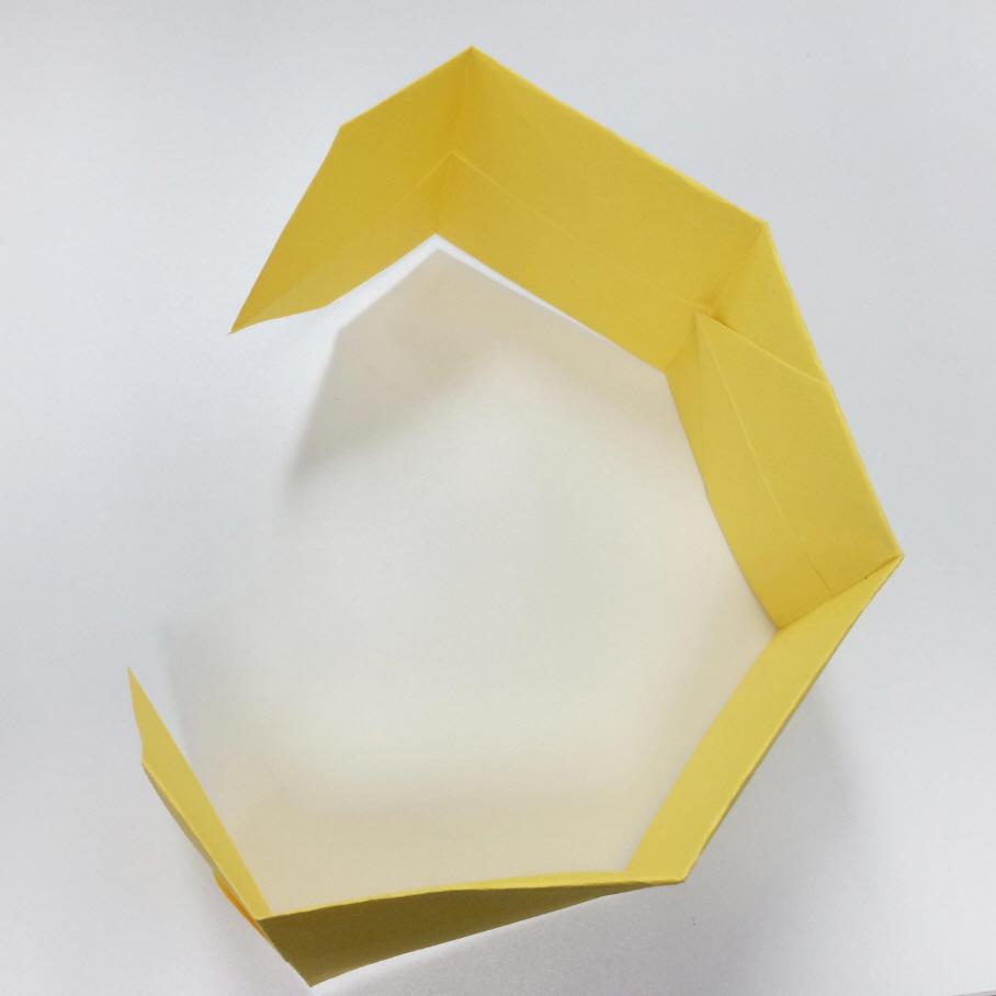 然後把連接好的彩紙沿折線一次性折疊