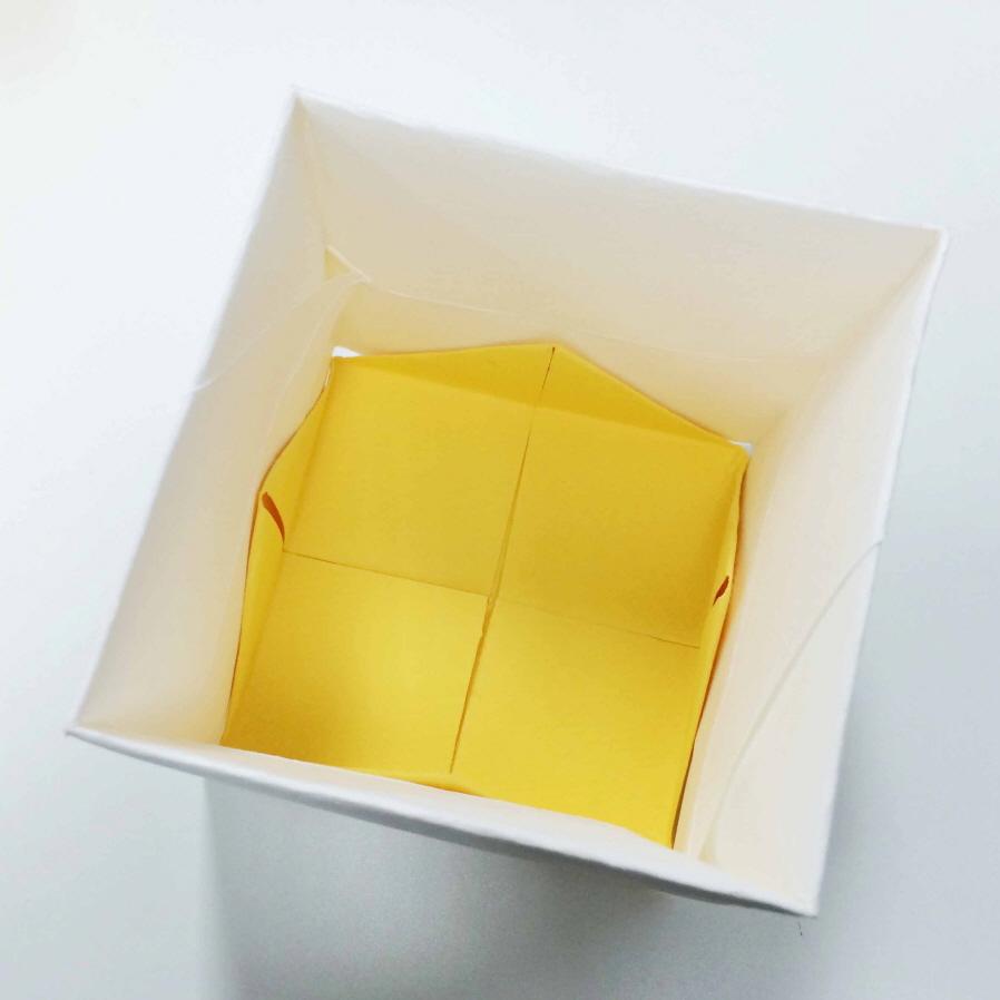 粘好內盒的底部之後,我們內盒就算完成了! 現在直接套上外盒也可以,但是小編想要讓外盒更結實一點:-D