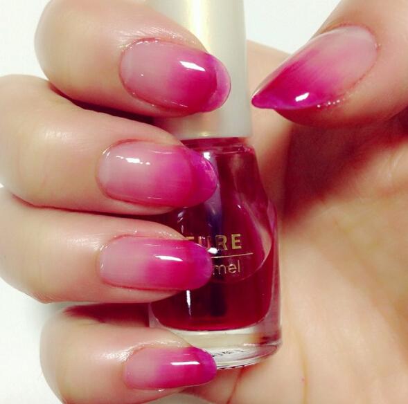 日妞已經把咬唇延伸到手指上了,沒錯!最近在日本開始流行一種叫做「咬唇指彩」的美甲!