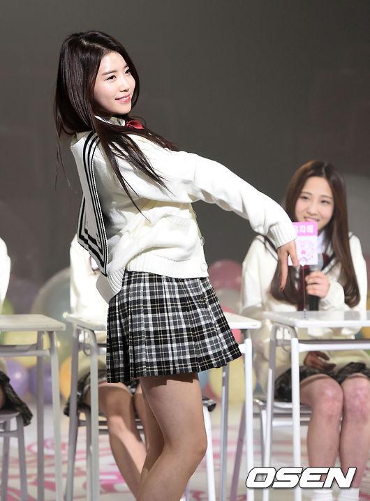 ♥ Lovelyz :: 美珠   韓國網友說,美珠是 Lovelyz 隱藏的完美身材,或許是因為歌曲設定的關係,平常都是走學院、甜美風格的她們,其實她的比例真的很好!