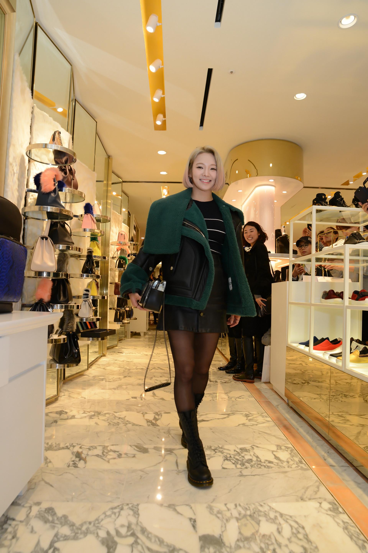 羊羔外套儼然已成了這個冬天,韓星們的新寵,還是一款可以和男友共用的item,下面再來看看路人的羊羔外套LOOK!